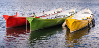 Κόκκινες πράσινες κίτρινες βάρκες κωπηλασίας Στοκ φωτογραφία με δικαίωμα ελεύθερης χρήσης
