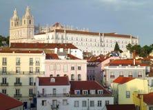 Κόκκινες στέγες και χρώμα κρητιδογραφιών των αρχιτεκτονικών στη Λισσαβώνα στοκ φωτογραφία