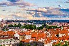 Κόκκινες στέγες τερακότας της πόλης Πράγα που πυροβολείται από το υψηλό σημείο, Πράγα, Δημοκρατία της Τσεχίας Στοκ εικόνες με δικαίωμα ελεύθερης χρήσης