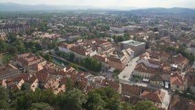 Κόκκινες στέγες της αρχαίας ευρωπαϊκής πόλης, ιστορικός γύρος επίσκεψης, εναέριο πανόραμα απόθεμα βίντεο