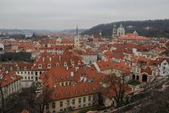 κόκκινες στέγες της Πράγ&alpha cesky τσεχική πόλης όψη δημοκρατιών krumlov μεσαιωνική παλαιά στοκ εικόνα