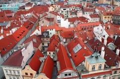 Κόκκινες στέγες των σπιτιών στην Πράγα Στοκ Εικόνα
