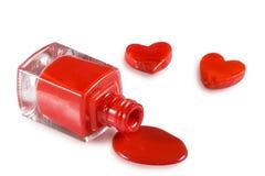 κόκκινες στιλβωτική ουσία και καρδιά καρφιών σε ένα άσπρο υπόβαθρο Στοκ φωτογραφίες με δικαίωμα ελεύθερης χρήσης