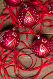 Κόκκινες σφαίρα και κορδέλλες Χριστουγέννων στο ξύλινο υπόβαθρο invitation new year Πλαίσιο Τοπ όψη Στοκ εικόνες με δικαίωμα ελεύθερης χρήσης