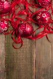 Κόκκινες σφαίρα και κορδέλλες Χριστουγέννων στο ξύλινο υπόβαθρο invitation new year Πλαίσιο Τοπ όψη διάστημα αντιγράφων Στοκ Φωτογραφίες