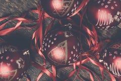Κόκκινες σφαίρα και κορδέλλες Χριστουγέννων στο ξύλινο υπόβαθρο invitation new year Πλαίσιο Τοπ όψη φωτογραφία που τονίζετα&i Στοκ φωτογραφία με δικαίωμα ελεύθερης χρήσης