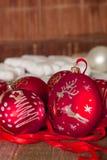 Κόκκινες σφαίρα και κορδέλλες Χριστουγέννων στο ξύλινο υπόβαθρο invitation new year Πλαίσιο διάστημα αντιγράφων Στοκ Εικόνες