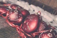 Κόκκινες σφαίρα και κορδέλλες Χριστουγέννων στο ξύλινο υπόβαθρο invitation new year Πλαίσιο διάστημα αντιγράφων φωτογραφία που το Στοκ Εικόνες
