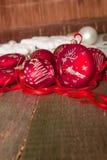 Κόκκινες σφαίρα και κορδέλλες Χριστουγέννων στο ξύλινο υπόβαθρο invitation new year Πλαίσιο διάστημα αντιγράφων Στοκ εικόνα με δικαίωμα ελεύθερης χρήσης