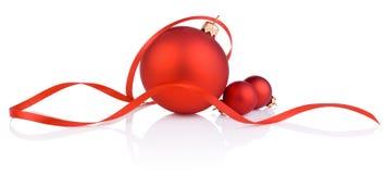 Κόκκινες σφαίρα και ταινία Χριστουγέννων τρία στο άσπρο υπόβαθρο Στοκ φωτογραφία με δικαίωμα ελεύθερης χρήσης