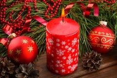 Κόκκινες σφαίρες κεριών και Χριστουγέννων Στοκ Εικόνες