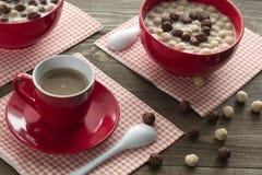 Κόκκινες σφαίρες φλυτζανιών και σοκολάτας καφέ Στοκ Φωτογραφία