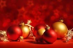 Κόκκινες σφαίρες Χριστουγέννων με τα φω'τα Στοκ εικόνες με δικαίωμα ελεύθερης χρήσης