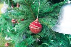 Κόκκινες σφαίρες Χριστουγέννων που κρεμούν σε ένα χριστουγεννιάτικο δέντρο Στοκ Εικόνες