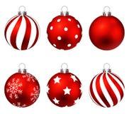 Κόκκινες σφαίρες Χριστουγέννων στα τόξα δώρων που απομονώνονται στο λευκό Σύνολο απεικόνιση Στοκ Εικόνες