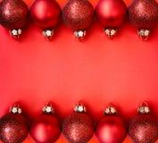 Κόκκινες σφαίρες Χριστουγέννων στη σειρά Στοκ φωτογραφίες με δικαίωμα ελεύθερης χρήσης