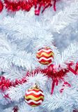 Κόκκινες σφαίρες Χριστουγέννων στο άσπρο δέντρο Στοκ Φωτογραφίες