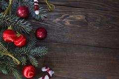 Κόκκινες σφαίρες Χριστουγέννων στο χριστουγεννιάτικο δέντρο Στοκ Εικόνες