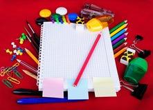 κόκκινες σχολικές προμήθειες αντικειμένων εκπαίδευσης Στοκ Εικόνες