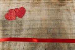 Κόκκινες ταινία και καρδιές κορδελλών Στοκ φωτογραφία με δικαίωμα ελεύθερης χρήσης