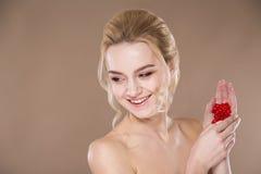 Κόκκινες ταμπλέτες στα χέρια μιας γυναίκας Στοκ Εικόνα