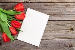 Κόκκινες τουλίπες και ευχετήρια κάρτα ημέρας βαλεντίνων ` s στοκ φωτογραφίες