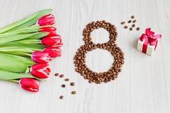 Κόκκινες τουλίπες, καφές κιβωτίων δώρων και καλαμπόκι Στοκ φωτογραφίες με δικαίωμα ελεύθερης χρήσης