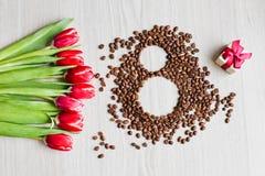 Κόκκινες τουλίπες, καφές κιβωτίων δώρων και καλαμπόκι Στοκ Φωτογραφία