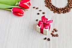 Κόκκινες τουλίπες, καφές κιβωτίων δώρων και καλαμπόκι Στοκ εικόνα με δικαίωμα ελεύθερης χρήσης