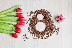 Κόκκινες τουλίπες, καφές κιβωτίων δώρων και καλαμπόκι Στοκ Εικόνες