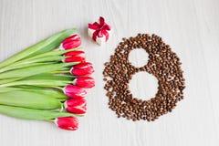 Κόκκινες τουλίπες, καφές κιβωτίων δώρων και καλαμπόκι Στοκ φωτογραφία με δικαίωμα ελεύθερης χρήσης