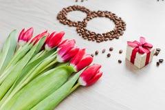 Κόκκινες τουλίπες, καφές κιβωτίων δώρων και καλαμπόκι Στοκ Φωτογραφίες