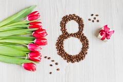 Κόκκινες τουλίπες, καφές κιβωτίων δώρων και καλαμπόκι Στοκ Εικόνα
