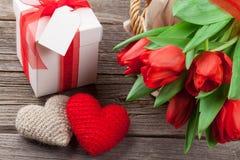 Κόκκινες τουλίπες, κιβώτιο δώρων και καρδιές ημέρας βαλεντίνων Στοκ Φωτογραφίες