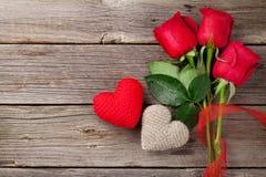 Κόκκινες τριαντάφυλλα και καρδιές ημέρας του βαλεντίνου στοκ εικόνες