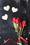 Κόκκινες τριαντάφυλλα και καρδιές Στοκ Φωτογραφίες