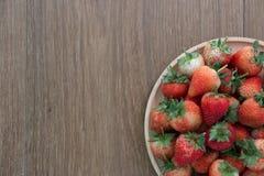 Κόκκινες φράουλες, κινηματογράφηση σε πρώτο πλάνο, βάθος του τομέα Στοκ Εικόνες