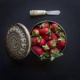 Κόκκινες φράουλες στις διαφορετικές θέσεις Στοκ φωτογραφία με δικαίωμα ελεύθερης χρήσης