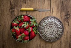 Κόκκινες φράουλες στις διαφορετικές θέσεις Στοκ Εικόνες