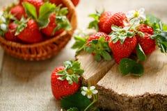 Κόκκινες φράουλες στον ξύλινο πίνακα Στοκ Φωτογραφίες