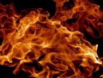 Κόκκινες φλόγες πυρκαγιάς σε ένα μαύρο υπόβαθρο Στοκ Φωτογραφίες