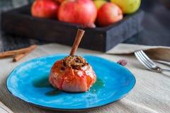 Κόκκινες ψημένες μήλο και κανέλα σε ένα μπλε πιάτο στοκ φωτογραφία με δικαίωμα ελεύθερης χρήσης
