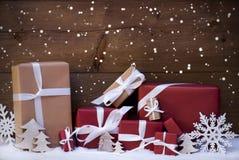 Κόκκινες δώρα και διακόσμηση Χριστουγέννων με την άσπρη κορδέλλα, Snowflakes Στοκ Εικόνα