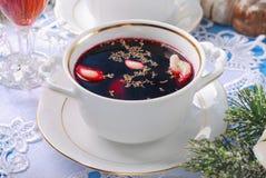 Κόκκινες borscht και μπουλέττες για τη Παραμονή Χριστουγέννων Στοκ Εικόνα
