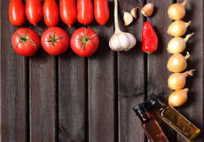 Κόκκινες, juicy ντομάτες, ελαιόλαδο κρεμμυδιών, σκόρδου και Στοκ Εικόνες