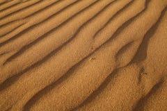 κόκκινη άμμος κυματώσεων προτύπων αμμόλοφων κινηματογραφήσεων σε πρώτο πλάνο Στοκ φωτογραφίες με δικαίωμα ελεύθερης χρήσης