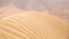 κόκκινη άμμος κυματώσεων προτύπων αμμόλοφων κινηματογραφήσεων σε πρώτο πλάνο Στοκ Εικόνες