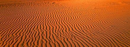 κόκκινη άμμος κυματώσεων προτύπων αμμόλοφων κινηματογραφήσεων σε πρώτο πλάνο Στοκ φωτογραφία με δικαίωμα ελεύθερης χρήσης