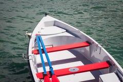 Κόκκινη άσπρη και μπλε βάρκα Στοκ εικόνα με δικαίωμα ελεύθερης χρήσης