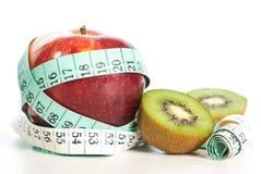 Κόκκινη έννοια μήλων fitnes με το εκατοστόμετρο Στοκ Φωτογραφίες